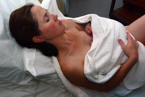 Малыш на животе у матери